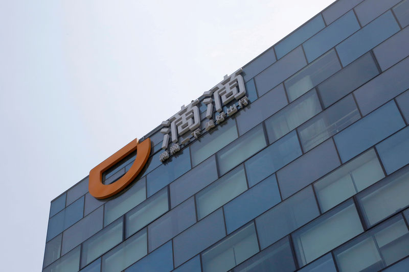 © Reuters. FILE PHOTO: Logo of Didi Chuxing is seen at its headquarters building in Beijing
